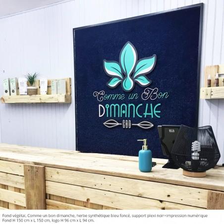 LOGO SUR FODN VEGETAL, COMME UN BON DIMANCHE , support plexi noir impression numérique, fond herbe synthétique bleu foncé